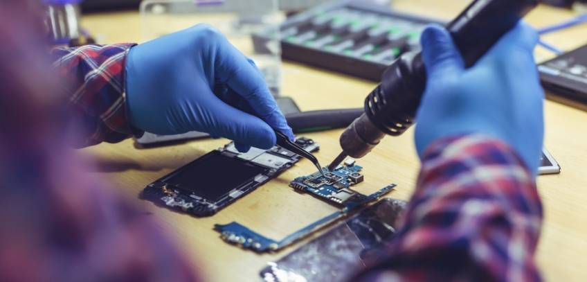 How to Become a Cell Phone Repair Technician